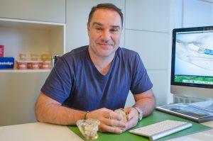 Ο Ορθοδοντικός Δρ. Ματθαίος Σανούδος είναι ένας εκ των δύο γιατρών της Ορθοδοντικής Κλινικής Σανούδος-Καπακιάν στη Γλυφάδα