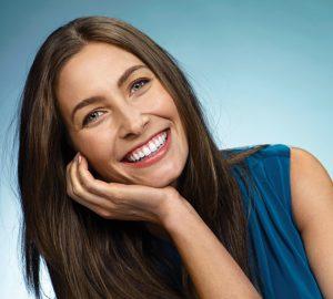 Κυρία χαμογελάει μετά την αισθητική ορθοδοντική θεραπεία στην Ορθοδοντική Κλινική Σανούδος- Καπακιάν.