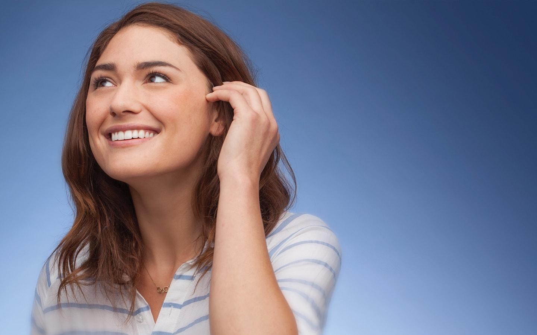 Κορίτσι με τέλειο χαμόγελο μετά από ορθοδοντική θεραπεία στο Σανούδο-Καπακιάν