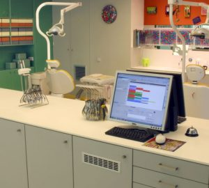 Υπολογιστές σε πάγκο στην Ορθοδοντική Κλινική Σανούδος -Καπακιάν στη Γλυφάδα, περιοχή της Αθήνας.