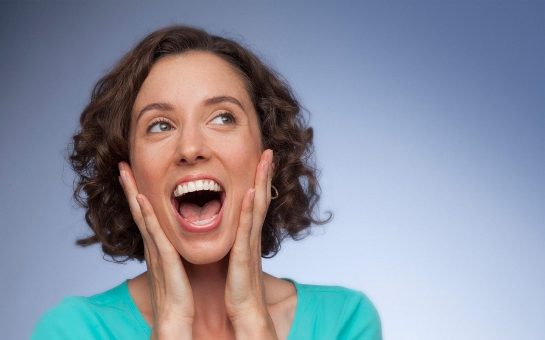 Κυρία με ίσια δόντια μετά από αισθητική θεραπεία στην Ορθοδοντική Κλινική Σανούδος-Καπακιάν