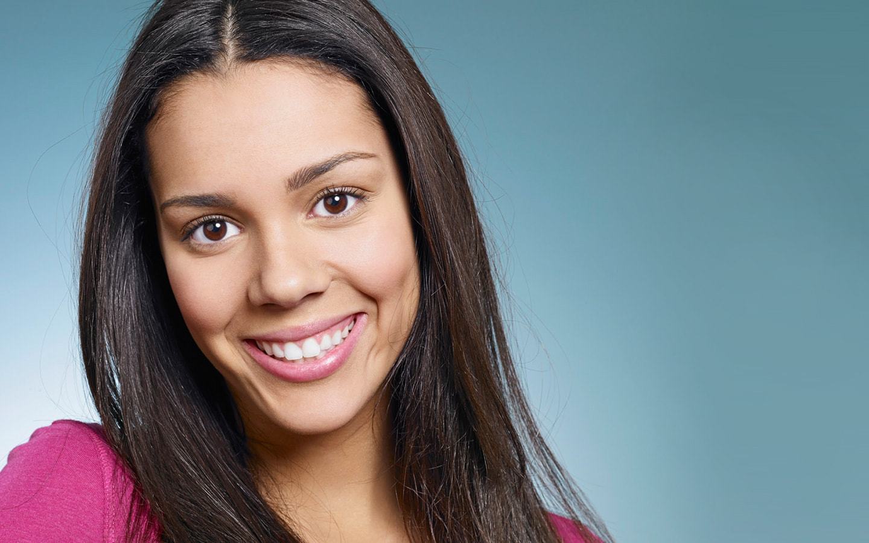 Κορίτσι δείχνει τέλειο χαμόγελο μετά από θεραπεία στην Ορθοδοντική Κλινική Σανούδος Καπακιάν