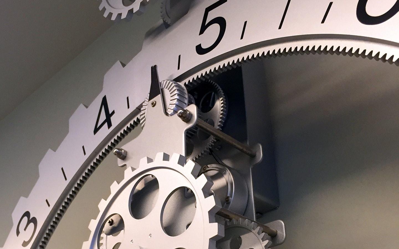Ματιά στο ρολόι που βρίσκεται στον τοίχο της Ορθοδοντικής Κλινικής Σανούδος -Καπακιάν στη Γλυφάδα, Αθήνα.