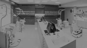 Η/Υ και ορθοδοντικές έδρες στο εσωτερικό της Ορθοδοντικής Κλινικής Σανούδος -Καπακιάν στη Γλυφάδα, Αθήνα