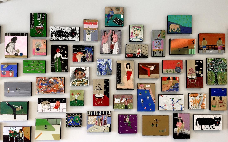 Η Ορθοδοντική Κλινική Σανούδος -Καπακιάν στη Γλυφάδα έχει έναν τοίχο με έργα τέχνης